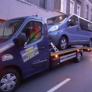 pomoc drogowa niebieskie auto na lawecie