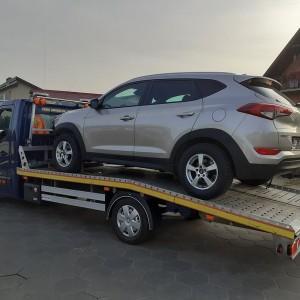pomoc drogowa szare auto na lawecie