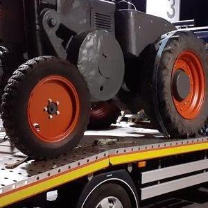 pomoc-drogowa-traktor-na-lawecie